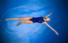 natación para aliviar el dolor de espalda