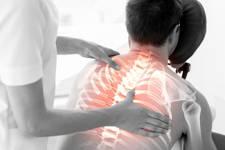 fisioterapeuta tratando dolor de cabeza y cuello