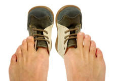 zapatos estrechos provocan dolor de espalda