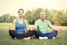 personas mayores meditando para controlar el dolor de espalda