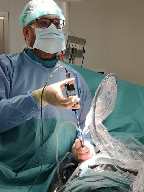 Dr Lizón realizando endoscopia de columna