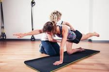 fisioterapeuta realizando jercicios estabilizacion de la espalda